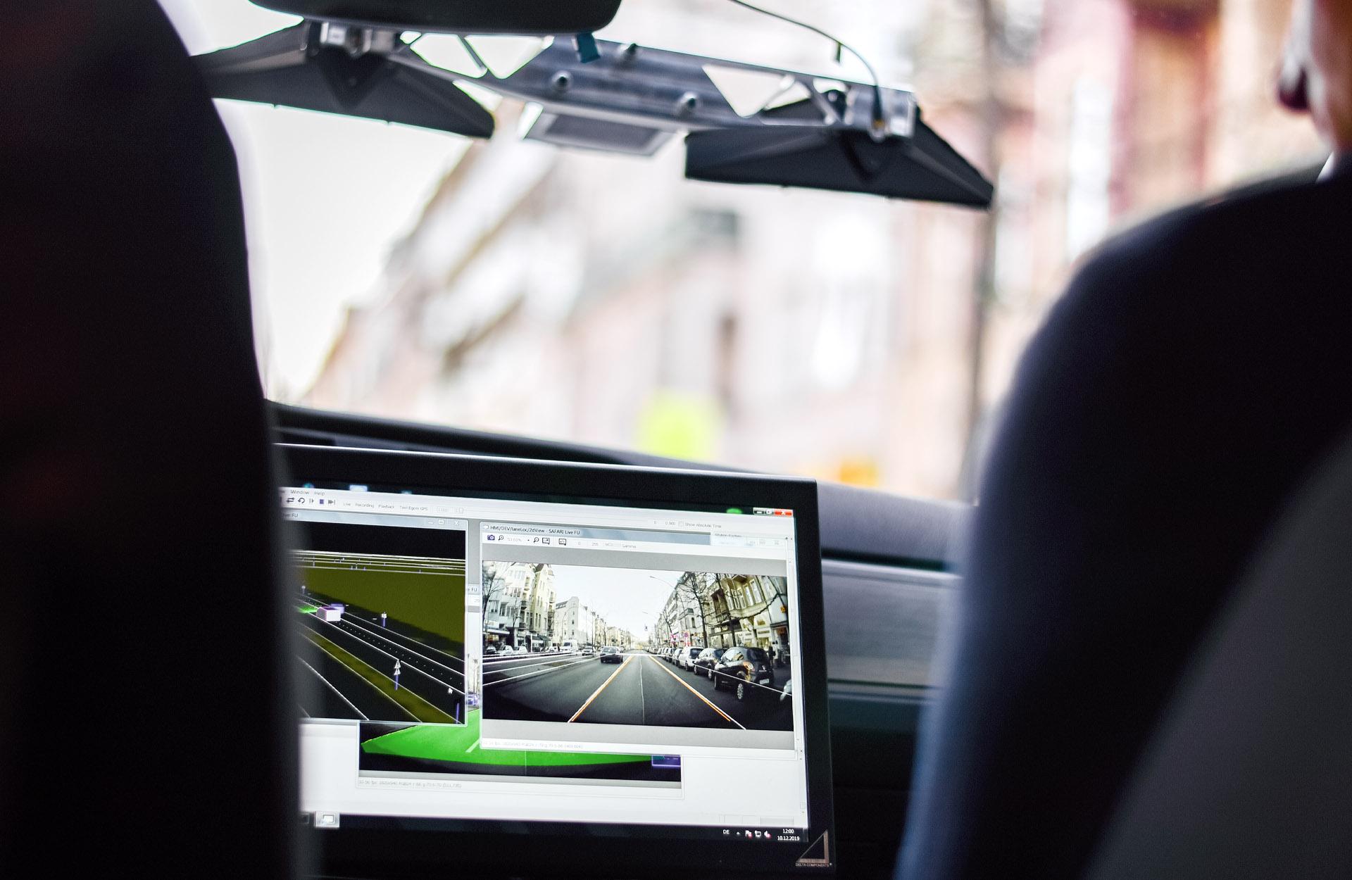 Bild eines Monitors, der die Umfeldwahrnehmung und Vehicle-to-X-Kommunikation zeigt.